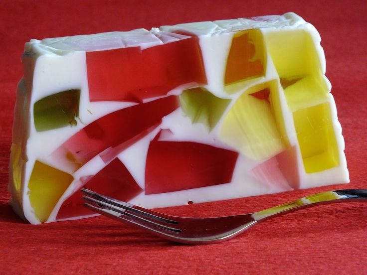 szybki, łatwy i kolorowy :)           0,5 litra słodkiej śmietanki 18% UHT  300 ml mleka  3 różne galaretki  40 gramów żelatyny do rozpuszcz...