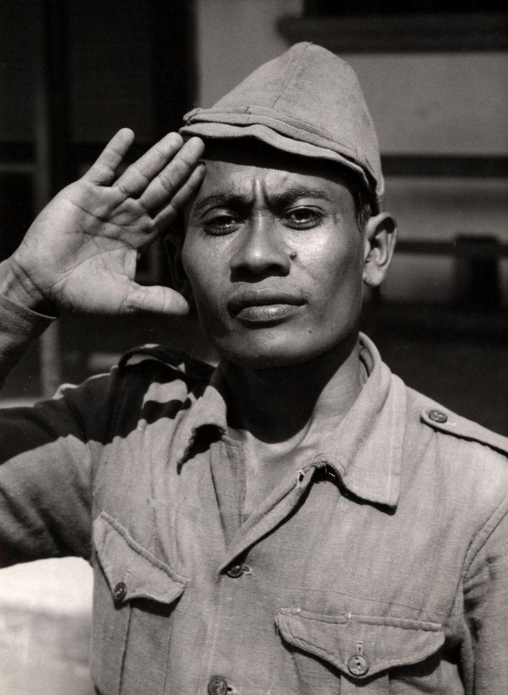 Een lid van de Republikeinse militaire politie salueert, Djokjakarta Midden-Java Indonesië, december 1947.