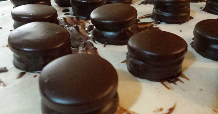 Fabulosa receta para Alfajores de chocolate muy fácil de hacer. Alfajores de chocolates y conito de dulce de leche manera fácil! Con video receta incluido https://www.youtube.com/watch?v=1u5AZ2ZBts8