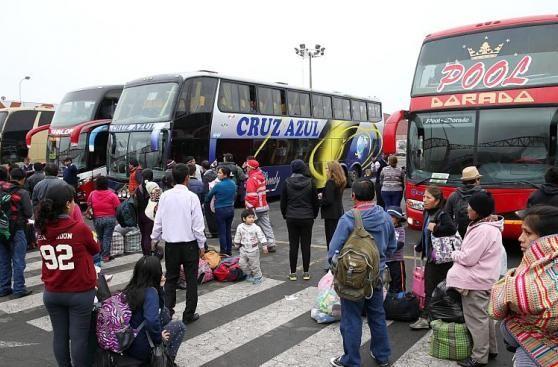 Los precios para comprar pasajes en los terminales terrestres interprovinciales en Lima, como el de Fiori en San Martin de Porres y Yerbateros en San Luis se han elevado hasta en un 200% a dos dias de la Navidad. Diciembre 23, 2015.