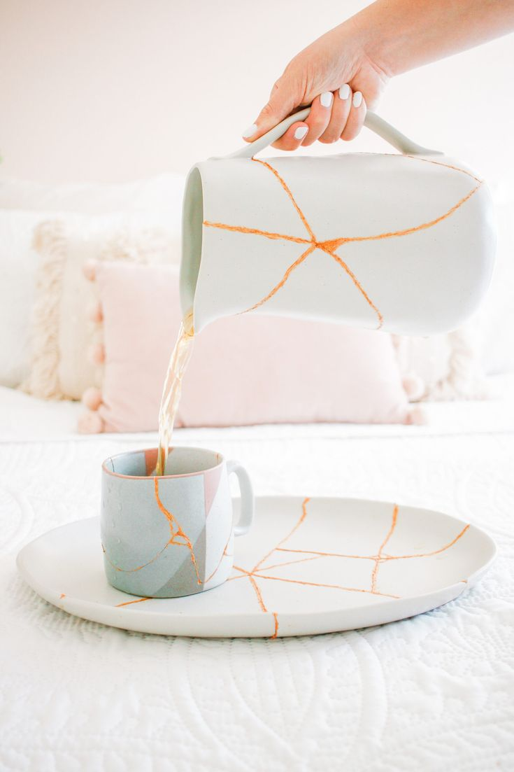 Kintsugi, Glass Glue, Create Your Own World, Pottery Videos, Gold Powder, Japanese Painting, Wabi Sabi, Hobbies And Crafts, Ceramic Pottery