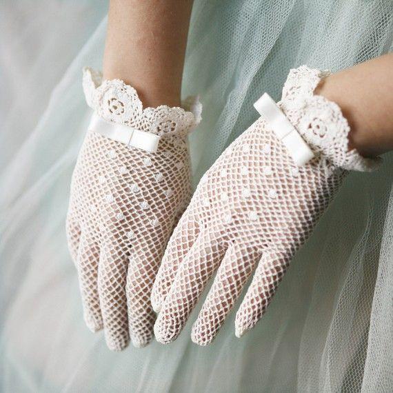 I guanti di pizzo per la comunione, per andare  la domenica a messa o per i giorni di festa. Erano eleganti per l'epoca.
