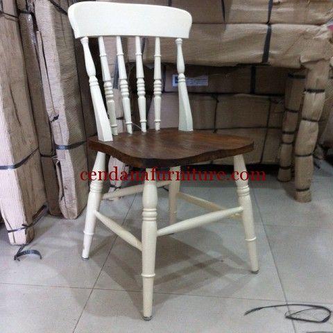 Kursi Cafe Queen Bubut terbuat dari material kayu jati yang kami sempurnakan tampilannya dengan kombinasi warna finishing putih dan coklat