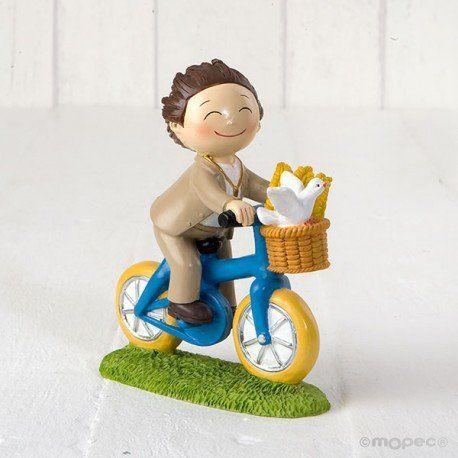 Complementos: original figurita para la tarta de la Primera Comunión niño montando en bici, con traje beige.   #figuratartacomunion #figura #tarta #comunion #munecospastelcomunion