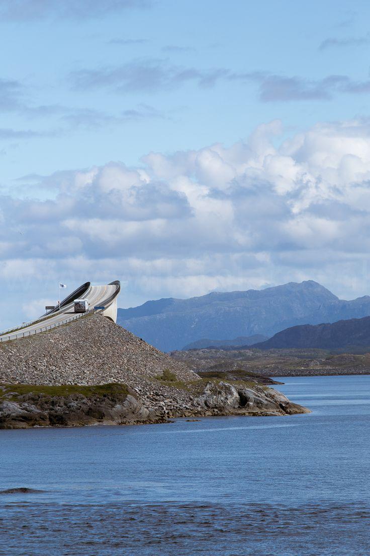 Fraaie brug in Noorwegen - met camper.