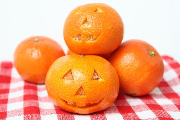 """Gezonde Halloween traktaties. In plaats van snoep bij """"trick or treat"""" kiezen we op eethetbeter.nl voor healthy halloween treats gemaakt van fruit!"""
