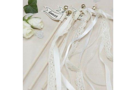 Des jolies baguettes à clochette et rubans pour fêter les mariés à la sortie de l'église ou de la mairie.