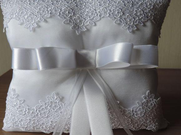 Linda almofada para dama, branca e detalhe em renda de noiva, com para amarrar as alianças laço channel!  PEÇA UNICA E EXCLUSIVA! R$ 69,90