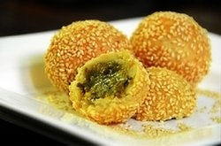 Onde onde cake is round with green bean paste inside. Skin surface sprinkled with sesame seeds are tasty and crunchy. I wrote a prescription Onde-onde...