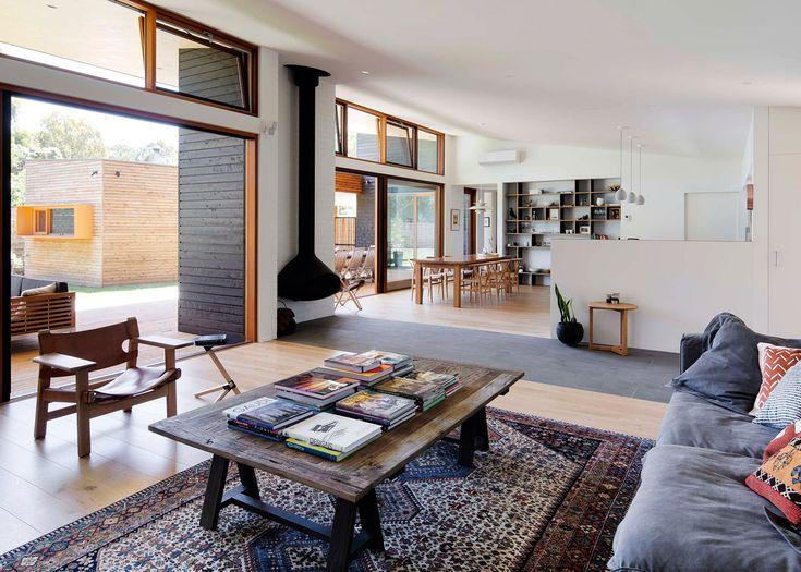 Piękne okna i skośny sufit który ma wpuszczać więcej światła do wnętrza w zimowych miesiącach.