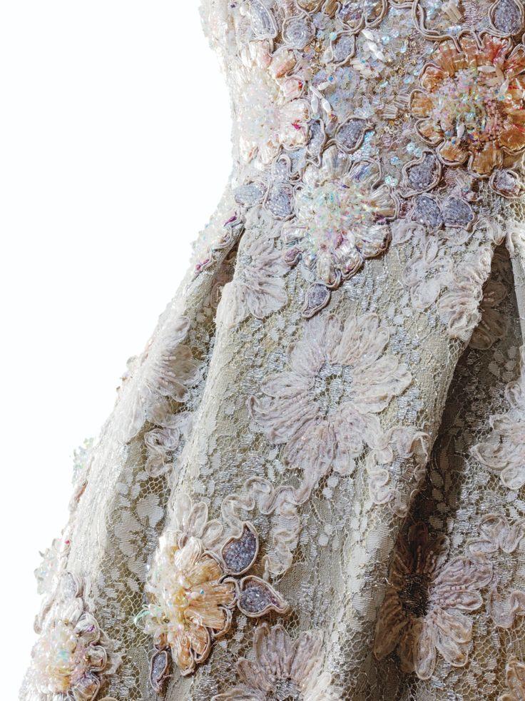 Christian Lacroix Haute Couture, automne-hiver 1996-1997 ROBE DU SOIR À LA CHEVILLE EN DENTELLE ARGENT APPLIQUÉE DE FLEURS BRODÉES, MODÈLE DE DÉFILÉ, PASSAGE N°45 CHRISTIAN LACROIX HAUTE COUTURE, A/W 1996-97 A SILVER LACE EVENING GOWN WITH PASTEL RAFFIA EMBROIDERED FLORAL APPLIQUES