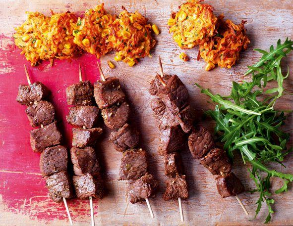 Brochetas de ternera con buñuelos de maíz dulce http://www.eblex.es/ver_recetas_sencillas.php?id_receta=127 #recetas #gastronomía #cocina
