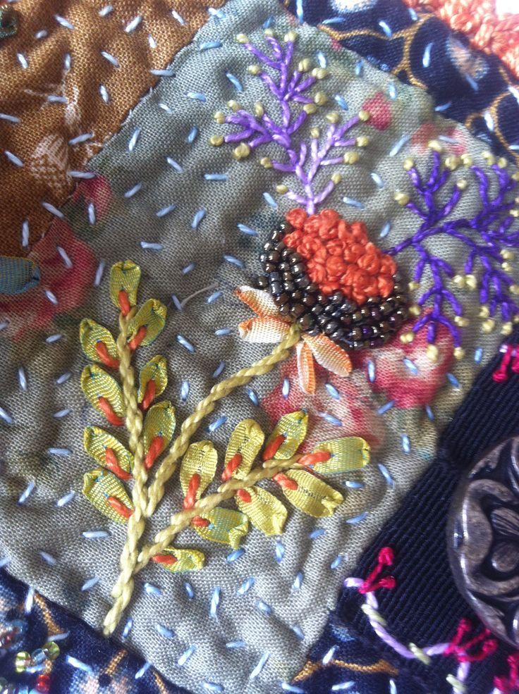 Fleur brodée au ruban