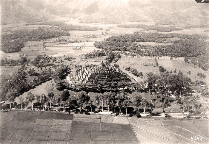 https://flic.kr/p/fqkAu9 | Air photo of the Borobudur in 1920-1933 | Source : Tropenmuseum