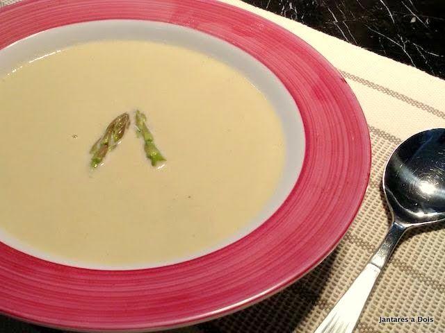 O creme de aspargos esquenta no inverno e aconchega no verão. Perfeito para ser saboreados a dois.