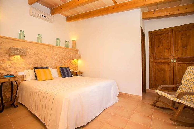 Mit der Finca Es Pla de Llodra auf Mallorca hat sich Gastgeberin Margarita einen Traum erfüllt und ihr Elternhaus in das kleine Agroturismo auf Mallorca südlich von Manacor verwandelt. Können Sie es hören, das sanfte Rauschen der Palmwedel? Riechen Sie es, den Duft frischer Orangen und Zitronen, vermischt mit blühenden Rosen und duftendem Rosmarin? Spüren Sie die Ruhe, die von diesem bezaubernden Ort ausgeht?
