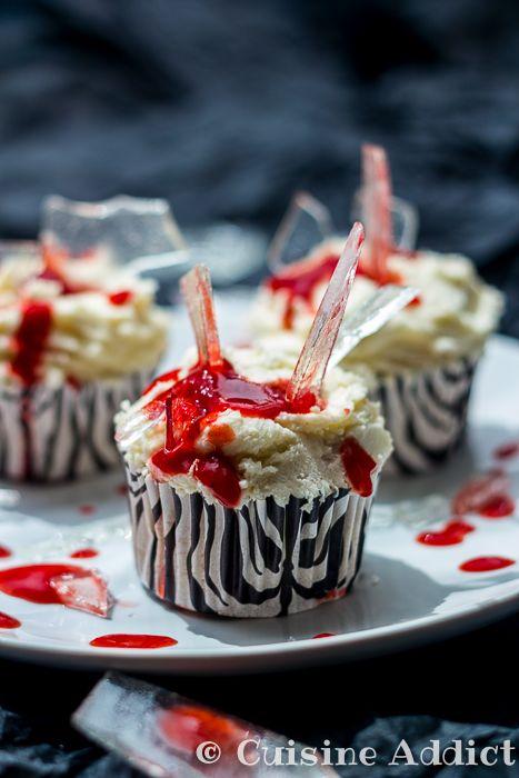 Des cupcakes sanglants dignes de dexter! A la vanille et à la fraise. Tuto en photos pour fabriquer du verre brisé en sucre.