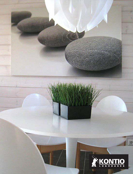 Table de repas dans la maison Kontio en bois.
