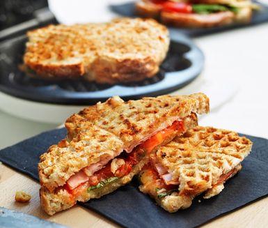 Mackor i våffeljärnet är det perfekta valet när du inte har tid eller lust att laga något mer avancerat. Fyll formbröd med tomat, ost, skinka, basilika eller dina favoritpålägg och grilla i våffeljärnet.