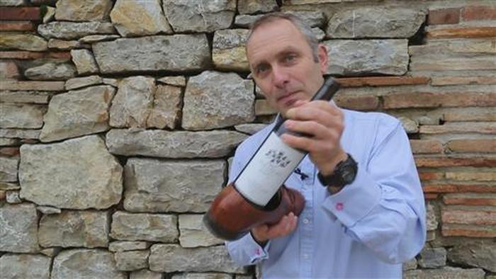 So öffnen Sie eine Flasche Wein ohne Korkenzieher - Spezieller Gastro-Trick bei HOTELIER TV: http://www.hoteliertv.net/f-b/so-öffnen-sie-eine-flasche-wein-ohne-korkenzieher