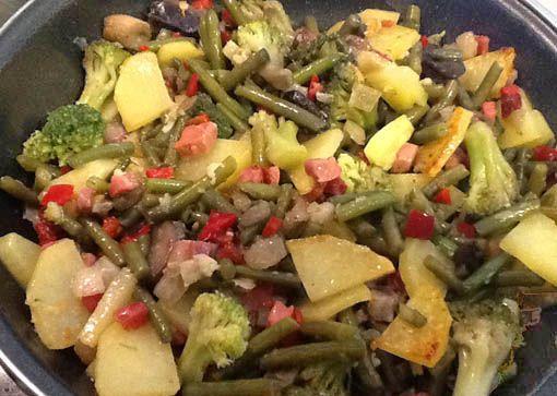 Versión al minuto: Con un paquete de salteado de verduras congelado sólo tendrás que sofreir la cebolla con una patata si quieres y añadir el jamón y luego el salteado de paquete.