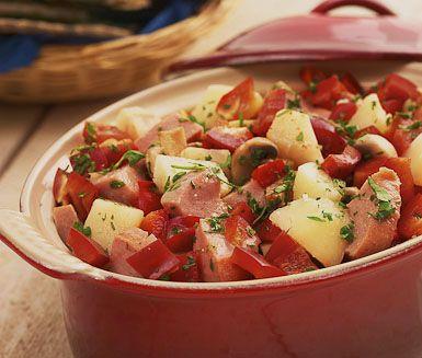 Höstgryta med korv är en skönt värmande middag på bordet vid kyliga kvällar. Av potatis, selleri och champinjoner får du tillsammans med falukorv och paprika en rustik gryta med lantlig känsla. Grytan avrundas med lite fransk senap.