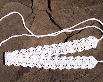 Una cintura di uncinetto beatiful con cinque corde (decorata con perline di acrilico) su ogni lato per legare. Si può indossare come accessorio con il tuo vestito preferito estate, gonna o qualsiasi altra combinazione il tuo cuore desidera. Si deve aggiungere una bella leggerezza al tuo vestito!  Un thread raddoppiato è un filato 100% cotone doppio ritorto.  Cintura misure di circa 5cm di larghezza e 70 cm di lunghezza (escluse legami). La lunghezza delle corde è di circa 30 cm ogni lato…