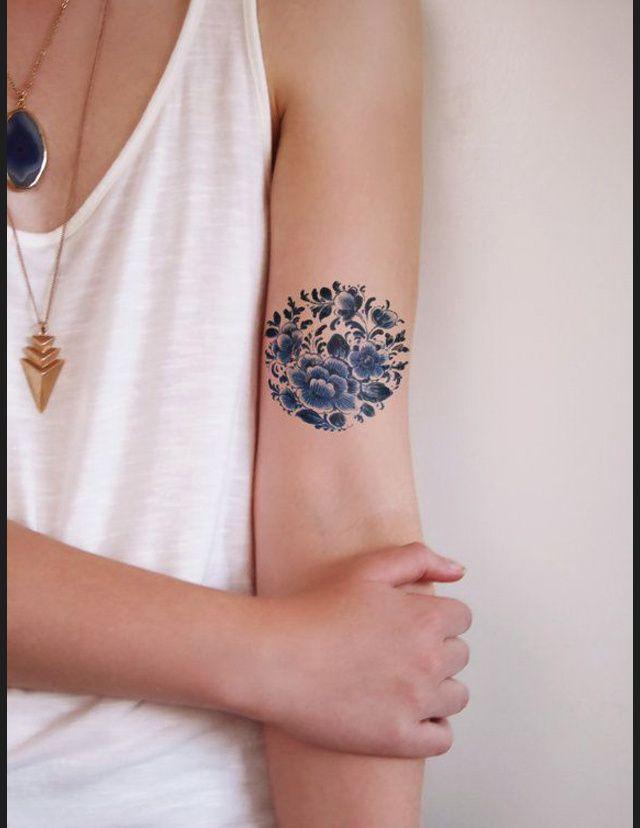 Des tatouages de fleurs vus sur Pinterest Tatouage fleurs bleues