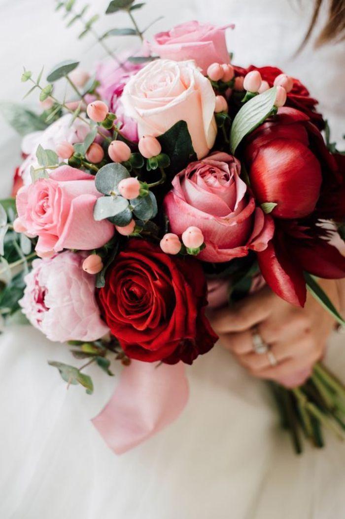 ramo de novia redondo, combinación de rosas y peonías, rosa y rojo