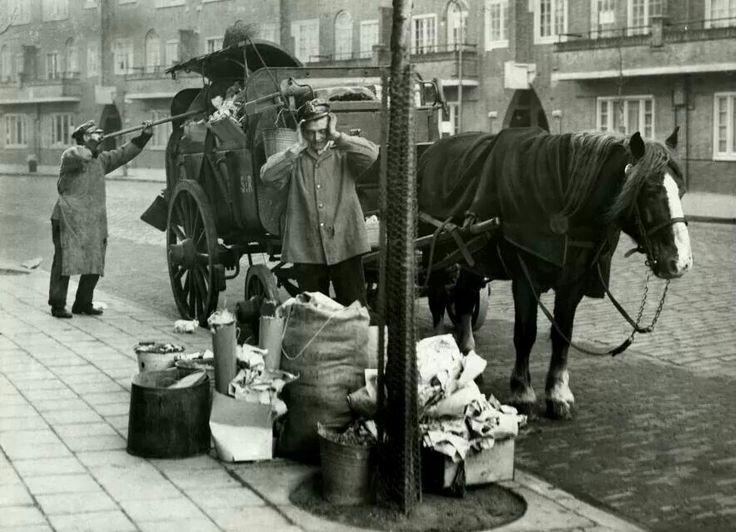 Ophalen vuilnis na Sinterklaasavond  op de Aalsmeerweg  1931