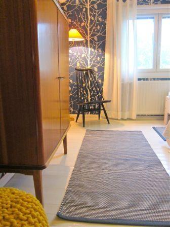 Asiakkaan ottama kuva tilaustyönä valmistetuista matoista. Mattojen väri on saatu tapetista ja kaikki kolme mattoa ovat eri kokoisia - eli juuri paikkaansa sopivia.  www.loruloimi.com/tilaustyot