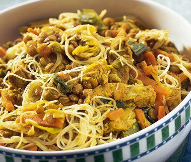 Indonesisk filégryta är en smakupplevelse utöver det vanliga. Här är en enkel och snabblagad middag med delikata ingredienser som fläskfilé, gröna linser, curry, spiskummin, gurkmeja och glasnudlar.