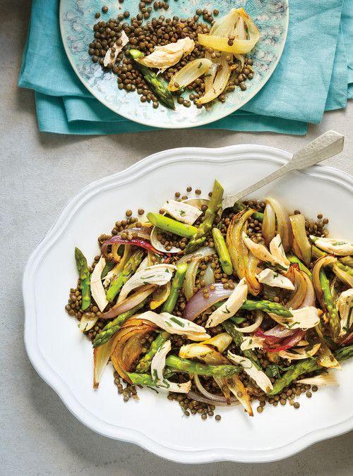 Salade de lentilles, de poulet, d'asperges et d'oignons rôtis
