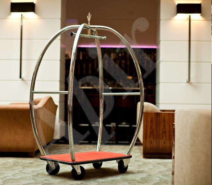 Realizzato in ottone o acciaio lucido con appendiabiti. Carrello portavaligie per hotel e residence con logo personalizzabile