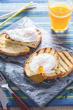 Le uova in camicia sono un modo sfizioso per gustare le uova bollite. Il soffice albume custodisce un tuorlo fondente, perfetto da gustare con il pane tostato! #Giallozafferano #recipe #ricetta #eggs #poached