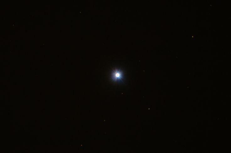 Spica Physikalische Daten: Sternbild: Jungfrau Spica (lat. Kornähre), auch α Virginis, Azimech oder Alaraph genannt, ist der hellste Stern im Sternbild Jungfrau und der fünfzehnthellste Stern am nächtlichen Sternenhimmel. Der Stern hat eine Temperatur von 22.400 K und eine 13.500-fache Sonnenleuchtkraft. Der Radius beträgt das 7,8-fache des Sonnenradius