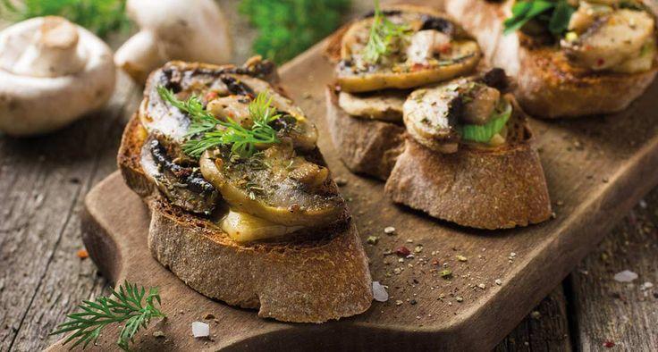 Avec les cèpes, les lactaires et les champignons de Paris qu'il a ramassés dans les bois, Bruno crée de savoureux toasts aux champignons dans un décor automnal.
