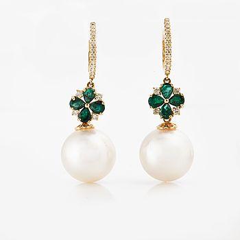 ÖRHÄNGEN, med odlade pärlor och fasettslipade smaragder ca 1.15 ct och diamanter ca 0.30 ct.