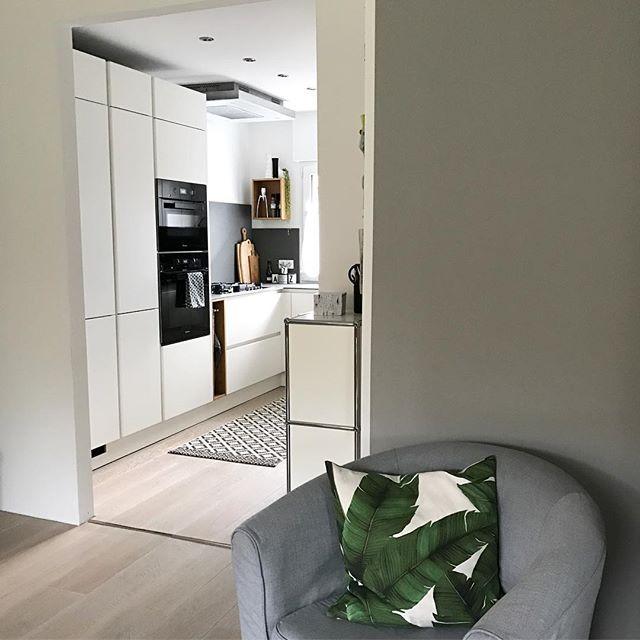 Mit einem Blick vom Esszimmer in die Küche wünsche ich euch einen schönen Sonntag! ☕️ Heute ist bei uns endlich mal Zeit einfach nix zu machen! ...ok, nix mit Kindern ist zwar nie nix aber ihr wisst schon was ich meine 😉. #endlichmaldieküche #küche #Einrichtung #wohnen #kitchen #interior #solebich #mykitchen #homedecor #urbanliving #eichenparkett #whiteinterior #greywalls #newkitchen #myhome #interiordesign #køkken #キッチン #厨房 #gutmann #miele #scandinaviandesign #pure #pureliving #niceview