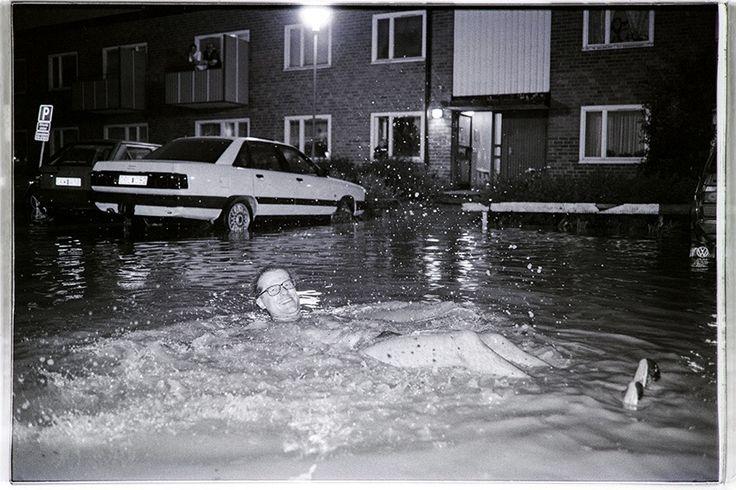 Stor vattenläcka på Kvarngärdet i Uppsala 1992. En herre som ville vara med i Expressen klädde av sig och hoppade i :) Fotograf Uppsala Mikael Wallerstedt