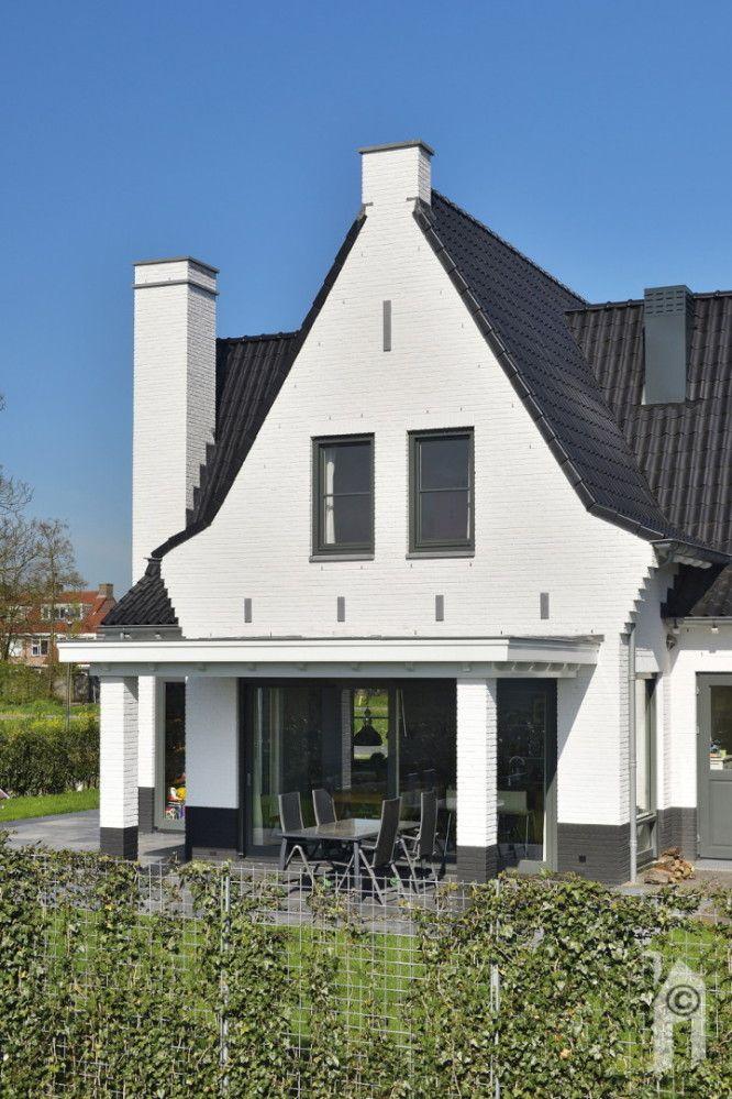 Een jaren dertig woning! Deze woning heeft wit gekeimde (chemische verbinding met de baksteen) muren en ter indicatie van het trasraam ook een zwart gekeimde onderkant. Met zwarte pannetjes, 'oortjes' en de 'geknikte' dakvorm. Met een ruime woonkamer/woonkeuken maar wel in één ruimte, met diverse hoekjes.
