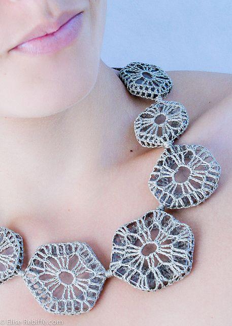 gehaakte ketting (platte stenen) crochet on transparent (plastic?) rings: www.bijouxdejane.com