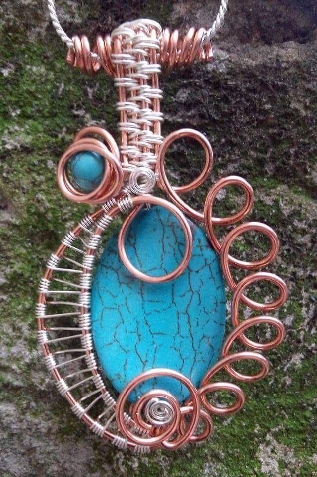 Pandantiv realizat manual din sarma de cupru, sarma placata cu argint si pietre semipretioase- turcoaz reconstituit.