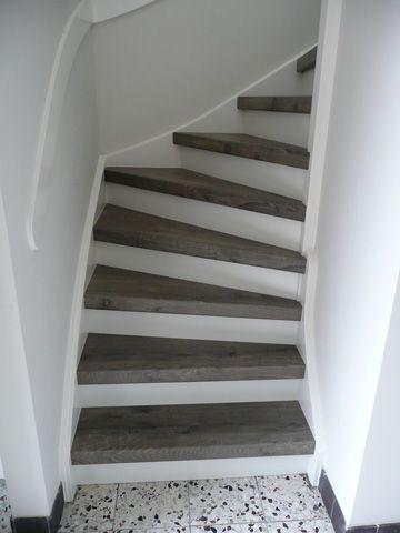 Lichte trap met donkere traptreden.