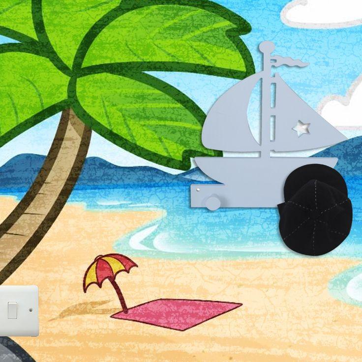 Ξύλινη χειροποίητη κρεμάστρα, σχέδιο καράβι σε θαλασσί χρώμα. Ένα μοναδικό δώρο για παιδιά.