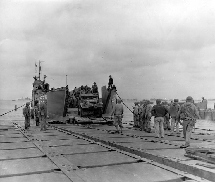The LCT-525 arrived a half track HT M16, the A Co, 376th AAA Bn, on a pontoon (Modules NL) using débarcadère.accosté a causeway at Utah Beach