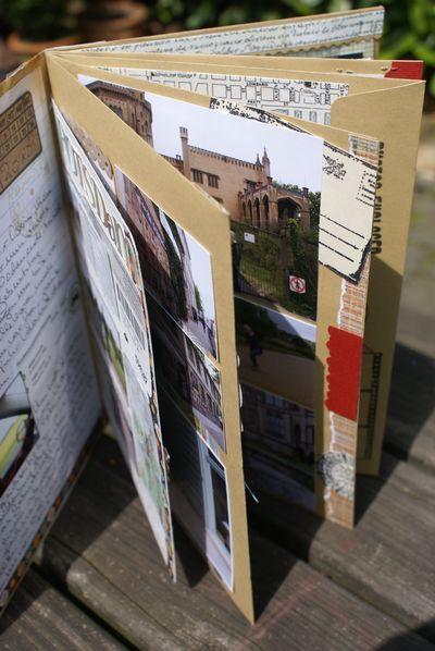 """Große Umschläge in der Mitte gefalltet. So ist ein """"Taschen""""Fotoalbum entstanden."""