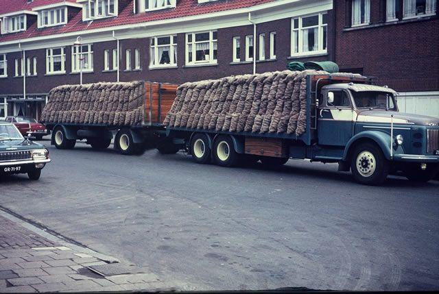 Volvo Verweij Den Haag met netjes geladen vracht met aardappels.