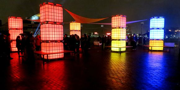 Deze LED-kubussen op allerlei manieren inzetten, zoals een mobiele bar of als sfeervolle entree. Ze zijn stapelbaar, dus je kunt je eigen creatie bedenken!