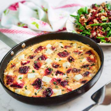 Laga rödbetsfrittata med fetaost och krispig bacon- och valnötssallad, en ljuvlig rätt med underbara smaker. Recept på rödbetsfrittata finns på Tasteline.